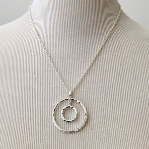 Jewelry - Silver Tone Necklace w Pendant
